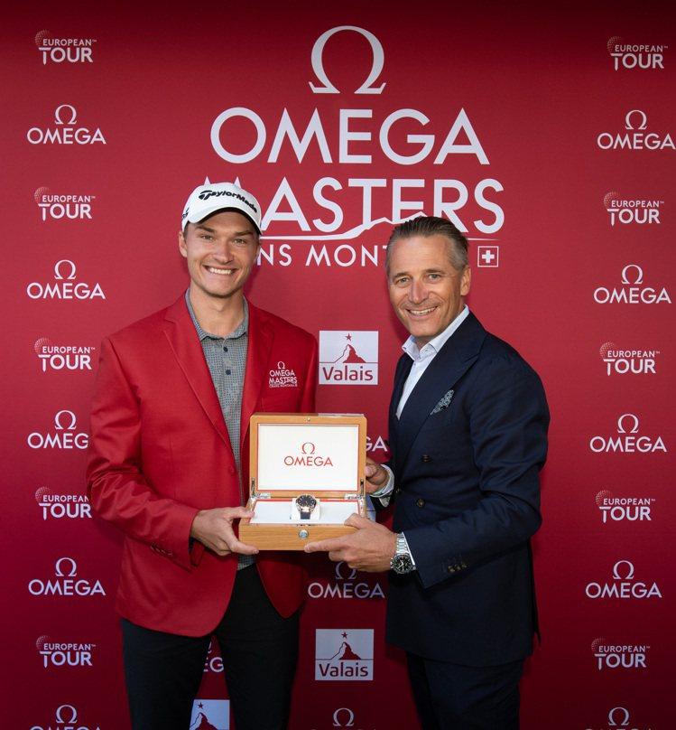 丹麥好手拉斯莫霍伊各贏得2021年、第74屆歐米茄名人賽冠軍,並獲贈一只歐米茄海...