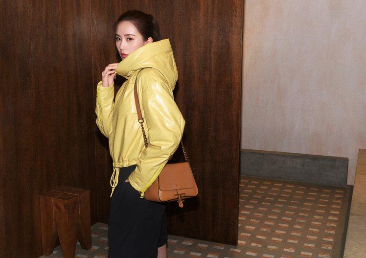 劉詩詩在TOD'S廣告中展示了腋下包和金屬釦飾肩背包,在復古優雅和輕鬆隨性的風格...