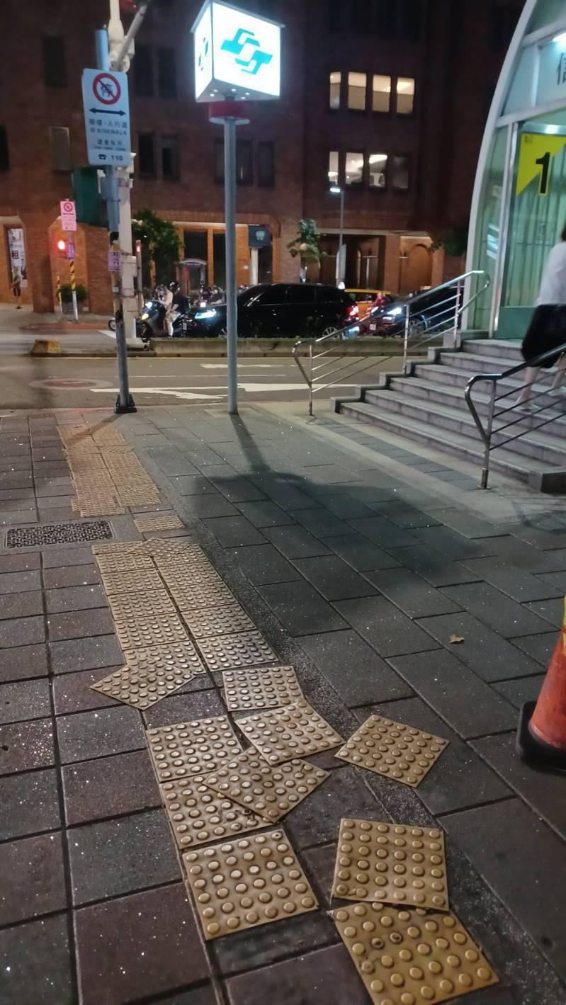 台北市議員王欣儀發現人行道上的導盲貼片已脫落,呈現不規則散落狀,影響視障朋友通行。圖/議員王欣儀提供