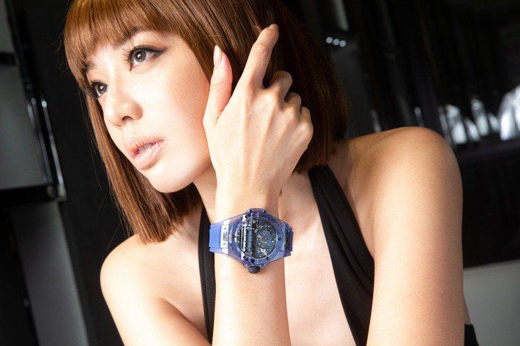 名模王心恬腕間展示著HUBLOT Big Bang MP-11藍色藍寶石水晶腕表...