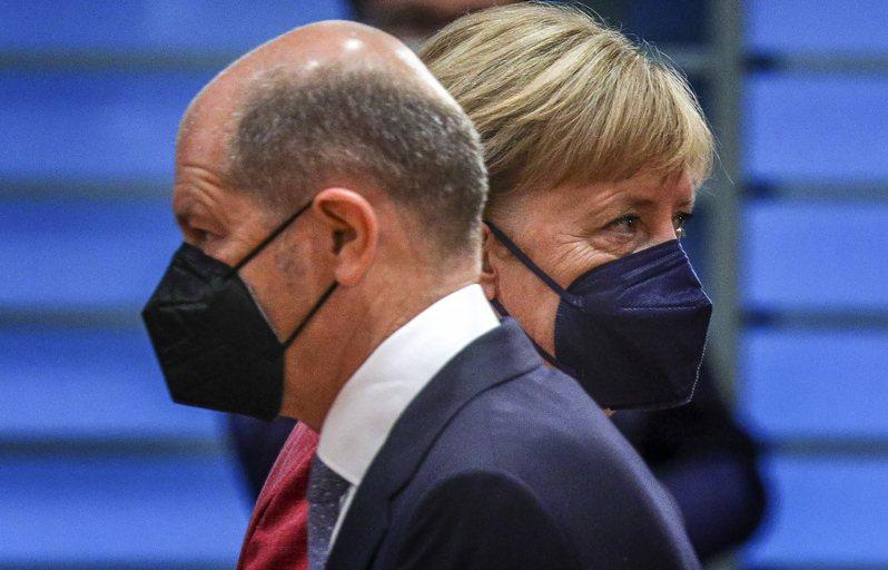 社民黨推出的總理候選人、現任副總理兼財政部長蕭茲(Olaf Scholz,前)積極營造「梅克爾接班人」形象,結果反遭梅克爾(後)打臉切割。歐新社