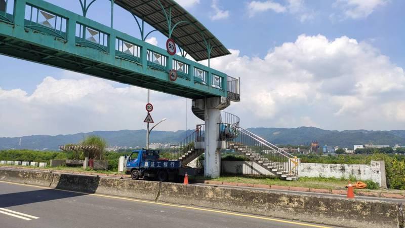 要通道媽祖田運動公園的陸橋沒有任何無障礙功能,市府近期規畫要在明年底拆除一邊樓梯改建無障礙坡道。圖/民眾提供
