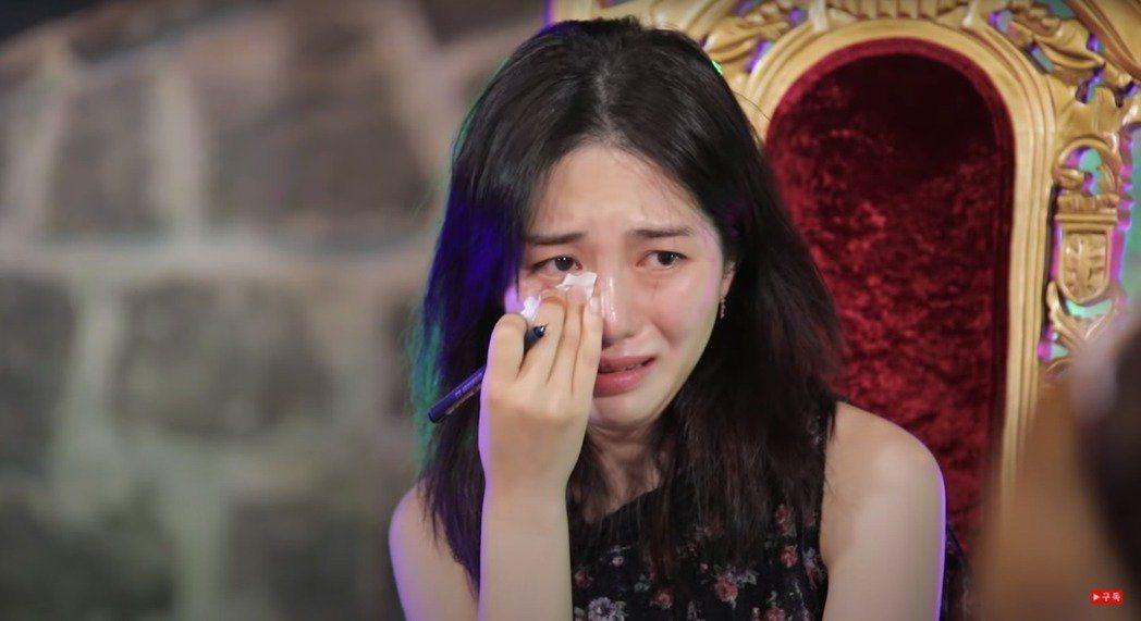 珉娥在自殘事件後首度上節目,一度淚崩,看起來精神狀態不佳。圖/摘自YouTube