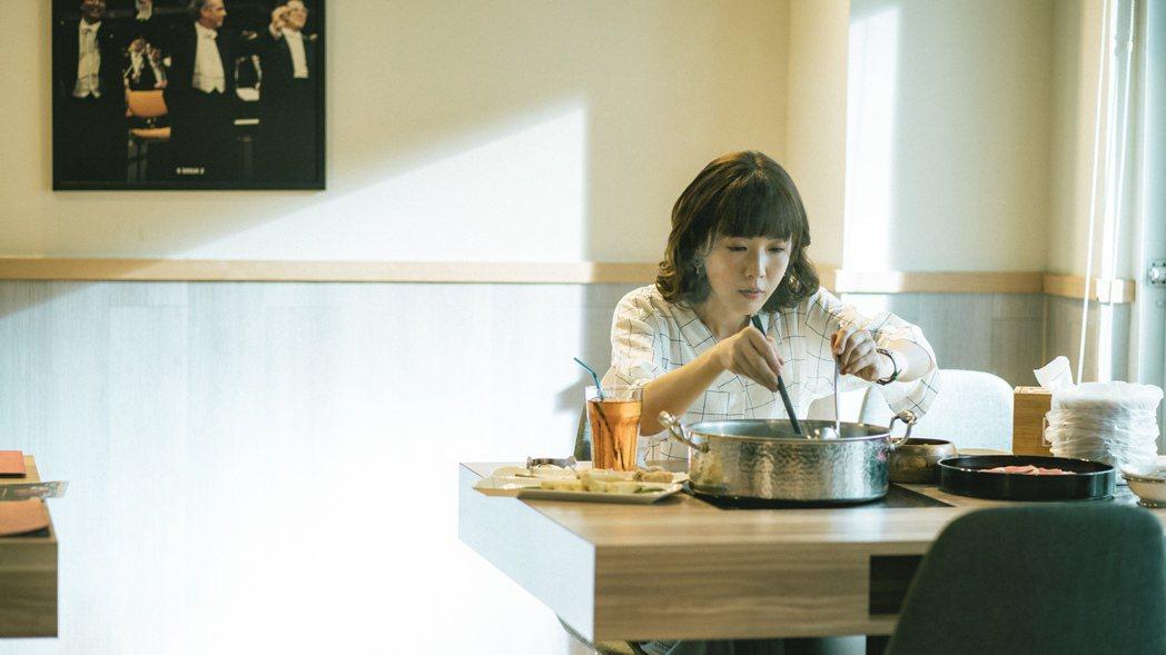 孫可芳在「若是一個人」中一個人吃火鍋。圖/華視提供