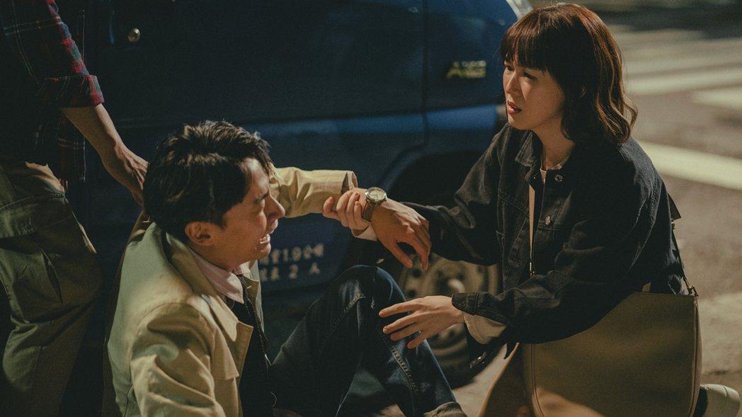 孫可芳(右)、林鶴軒演出「若是一個人」。圖/華視提供