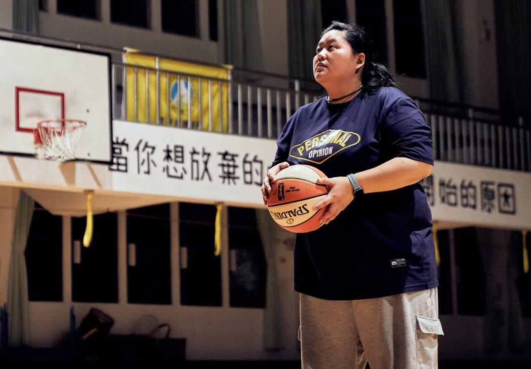 蔡嘉茵在「女孩上場」中飾演籃球隊教練。圖/客家電視提供
