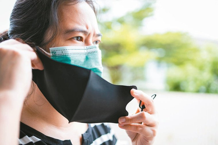 為防疫戴雙層口罩,耳朵負擔大,容易耳後摩擦破皮。圖/123RF