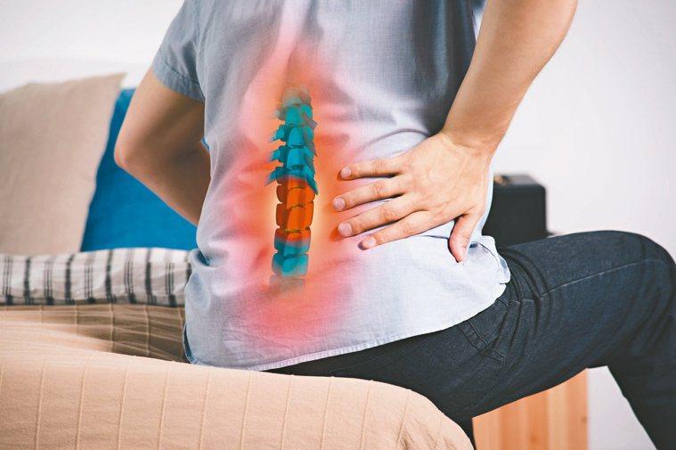 脊椎滑脫症狀嚴重,可能出現腰痛、下肢沒力、跛行、坐骨神經痛等問題。圖/123RF