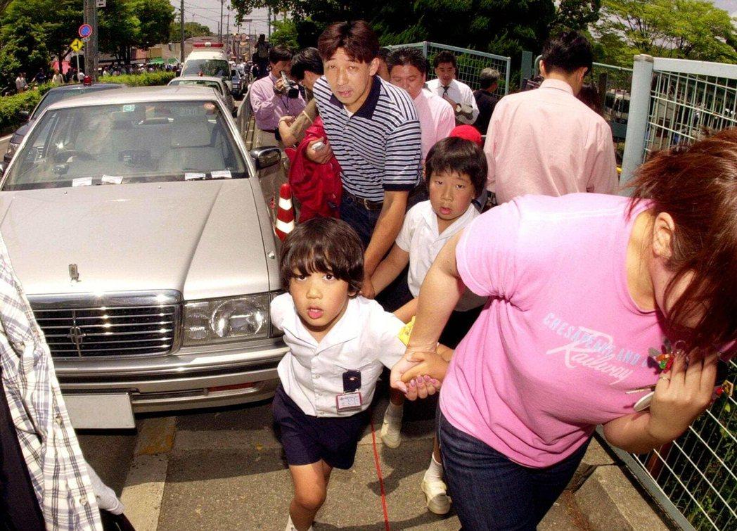 案發後前來接小孩回家的家長們。 圖/路透社