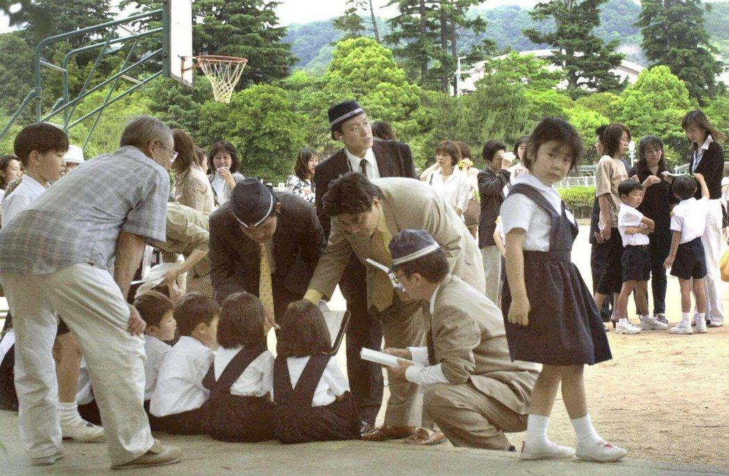 大阪警方正在向倖存的學童聆聽現場證詞。 圖/路透社
