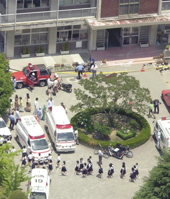 案發後場面極度混亂,宅間守約在10點20分後被以現行犯逮捕,最後總共有8位學生死...