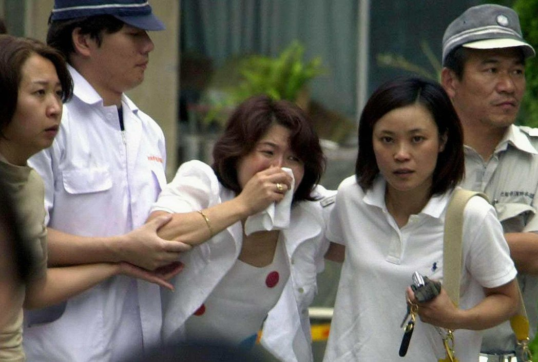 池田小學事件的被害者家屬,對於學校第一時間應對混亂、以及事後的事件說明與慰問拖延...