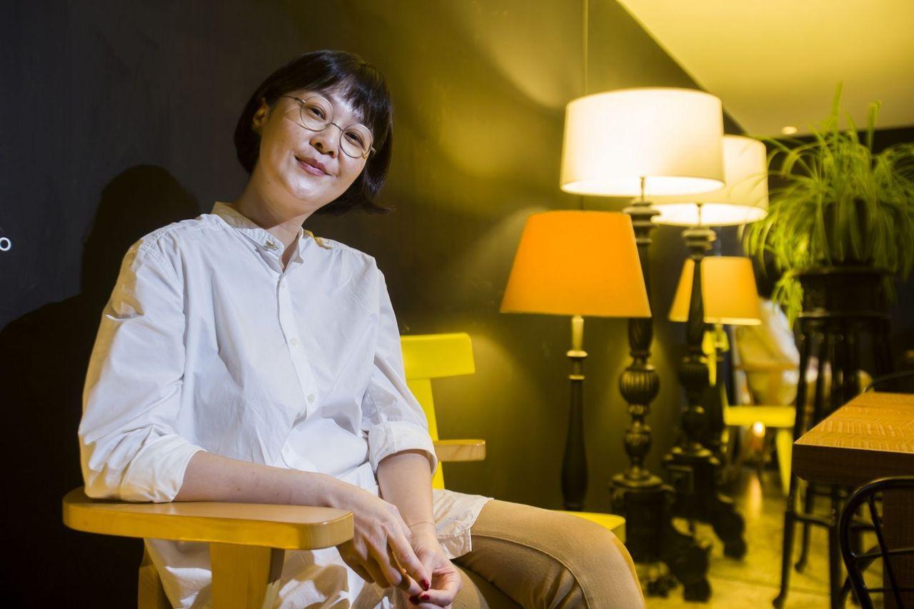 對比以前物質堆起來的短暫快樂,離職後的她不特別做什麼也很幸福。 圖/吳東岳 攝影