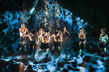 臺東在地舞團「布拉瑞揚舞團」作品《沒有害怕太陽和下雨》。 圖/布拉瑞揚舞團提供、劉振祥攝影