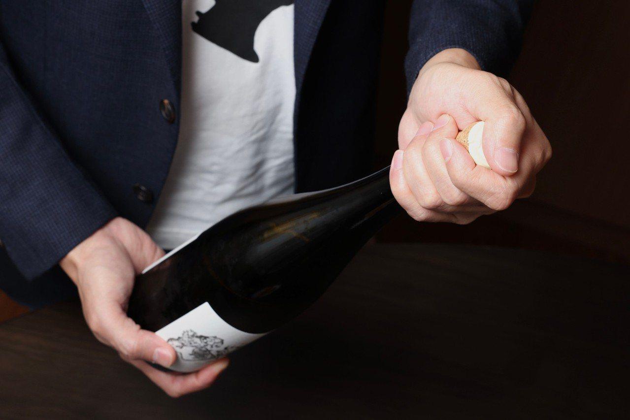 開香檳時,拇指務必全程用力按壓住軟木塞。 圖/王聰賢 攝影