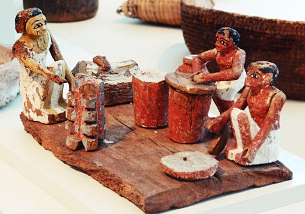 埃及第十二王朝時期的雕像,描繪了工人們正在磨麥粉、烘烤食物與釀酒,推估約為西元前...