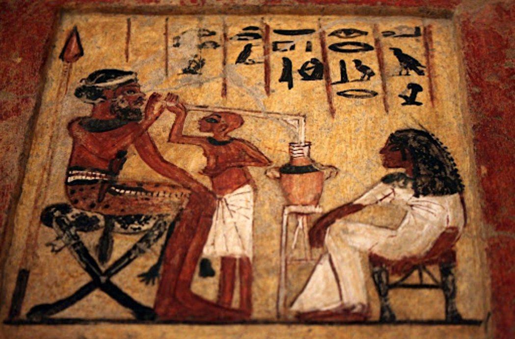 此為古埃及新王國時期第十八王朝的壁畫,描繪一名傭兵喝啤酒的畫面。 圖/維基共享...
