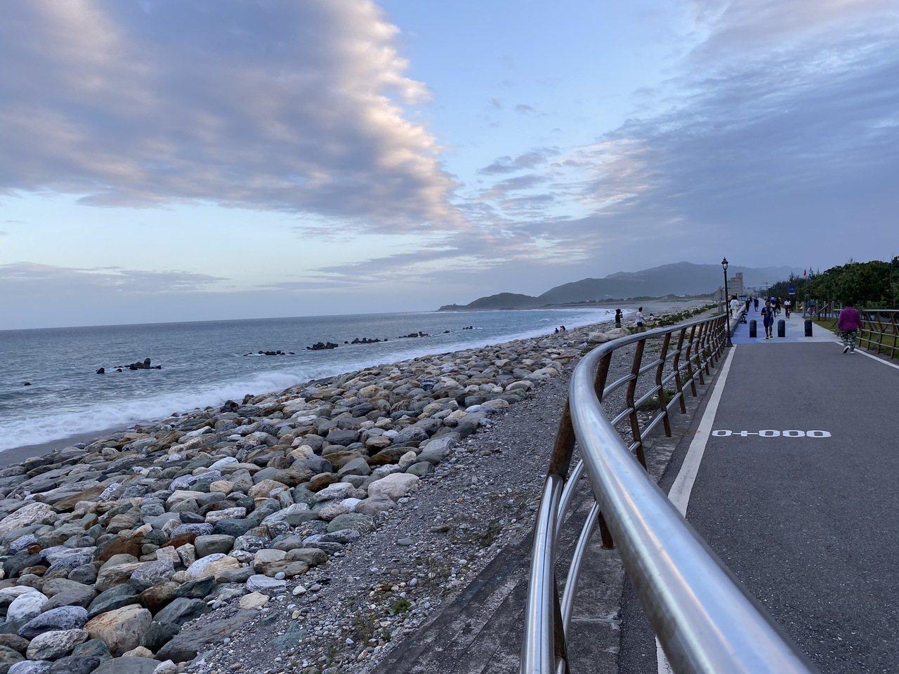 花蓮吉安鄉濱海線自行車道就在太平洋海邊,傍晚時總吸引許多人騎單車或跑步運動。 圖...
