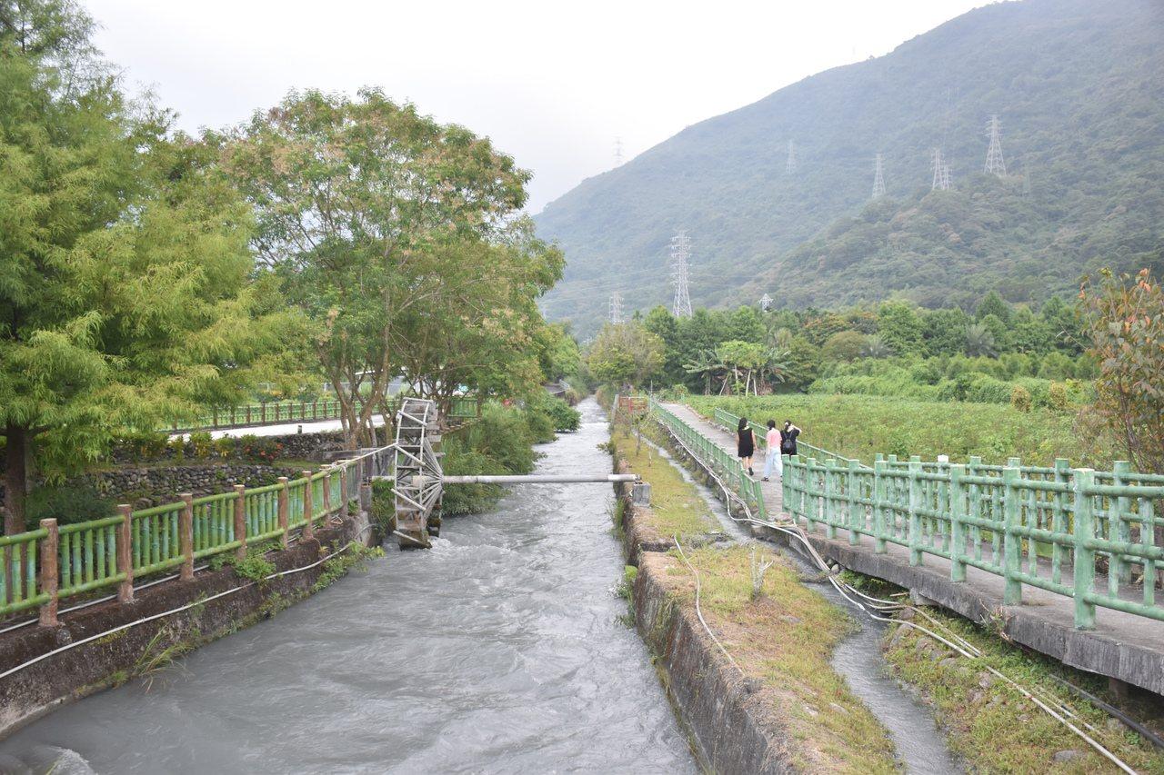初英線自行車道途經吉安水圳生態步道、初英親水生態公園,公園內有生態池、小橋流水、...