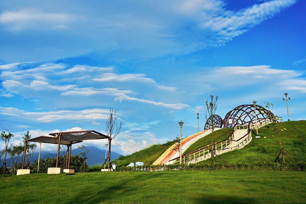 十三行文化公園引入共融式遊具,是踏青的好地方。 圖/新北市高灘處提供