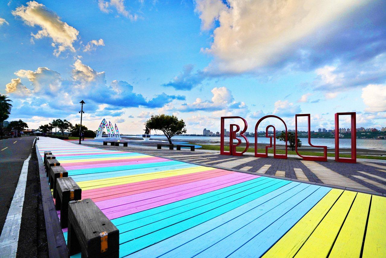 彩虹步道一旁大大八里英文裝置藝術,是必去的打卡景點。 圖/新北市高灘處提供