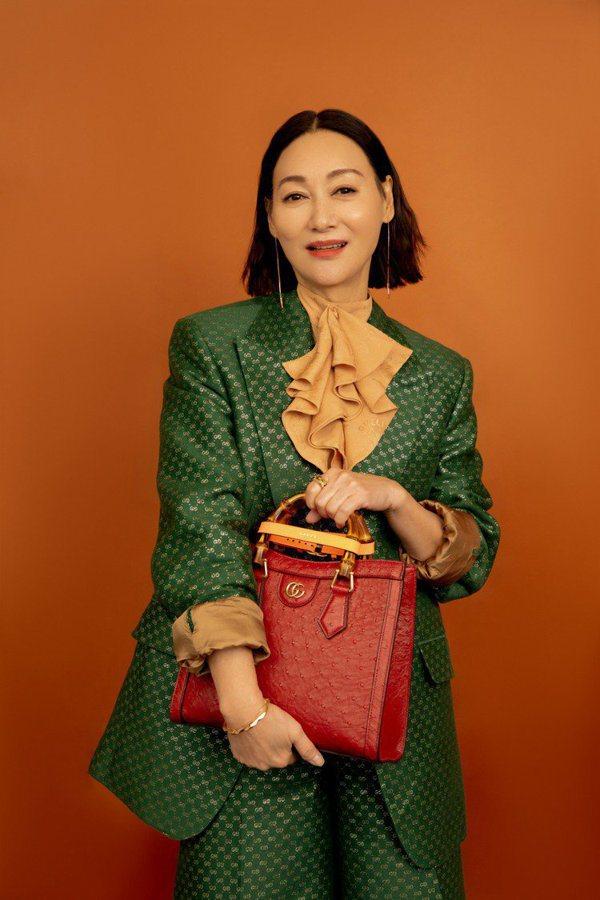 女星惠英紅拎GUCCI Diana系列包款。 圖/GUCCI提供
