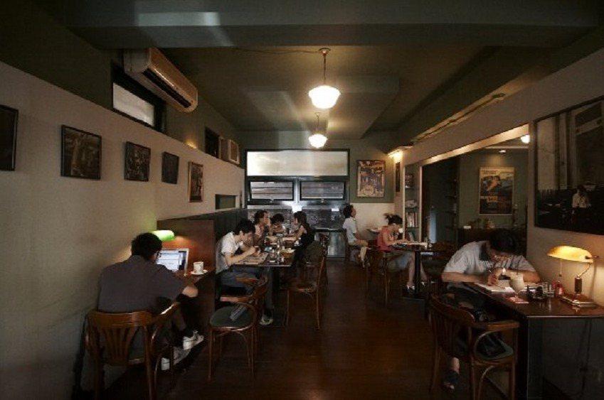 「挪威森林」咖啡館創辦人余永寬90年代初開業,一路營運至2007年歇業,成為許多...