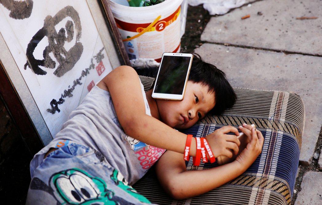 未成年者一星期只有五、六、日,這3天或其他國定假日晚上吃飯後睡覺前,能獲國家批准...
