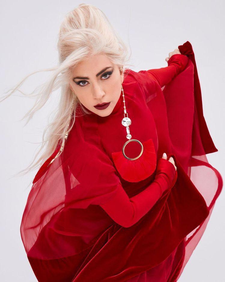 Lady Gaga代言VALENTINO Voce Viva香水形象廣告,具有俠...