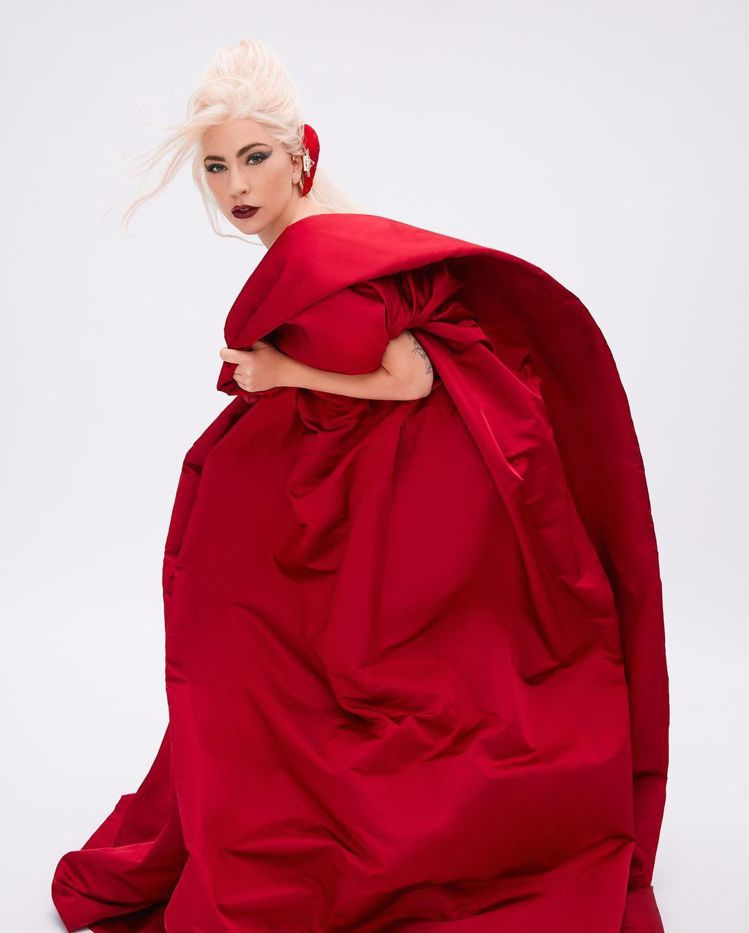 Lady Gaga身穿高級訂製服,代言VALENTINO Voce Viva香水...