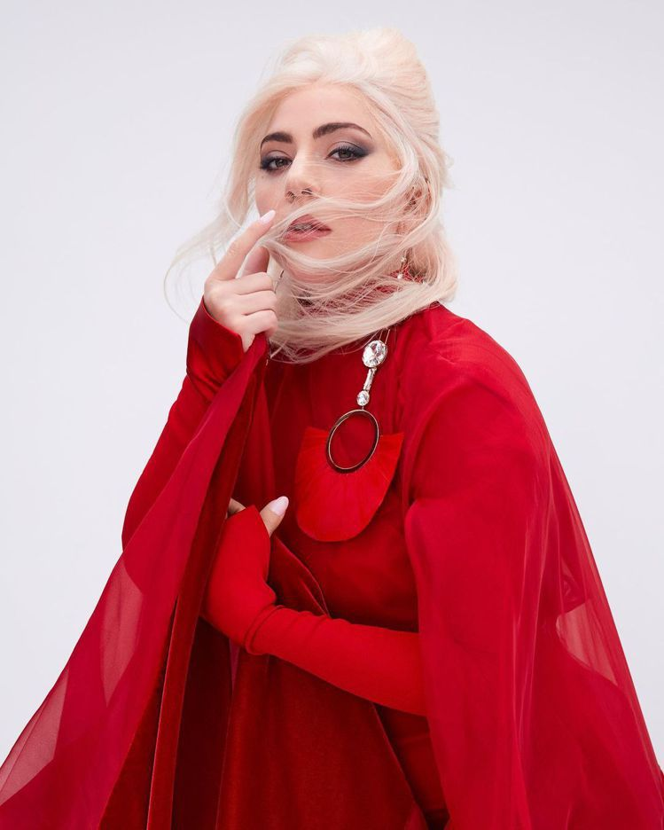 Lady Gaga以紅皇后之姿代言VALENTINO Voce Viva香水。圖...