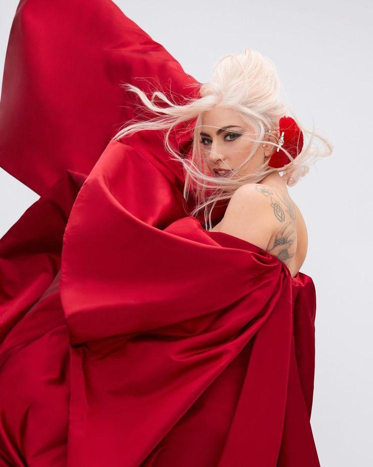 Lady Gaga表現高級訂製服的氣勢代言VALENTINO Voce Viva...