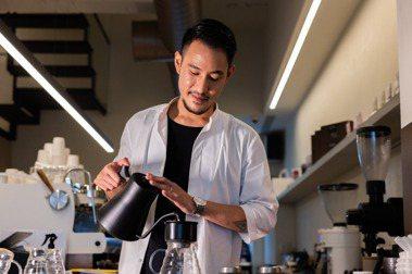 手沖咖啡就是單純的咖啡豆加水,在咖啡豆跟水之間,咖啡師透過他的器具,跟最後想呈現的風味,都可以有不同的變化產生,這是我覺得最有趣地方。圖/沈昱嘉攝影