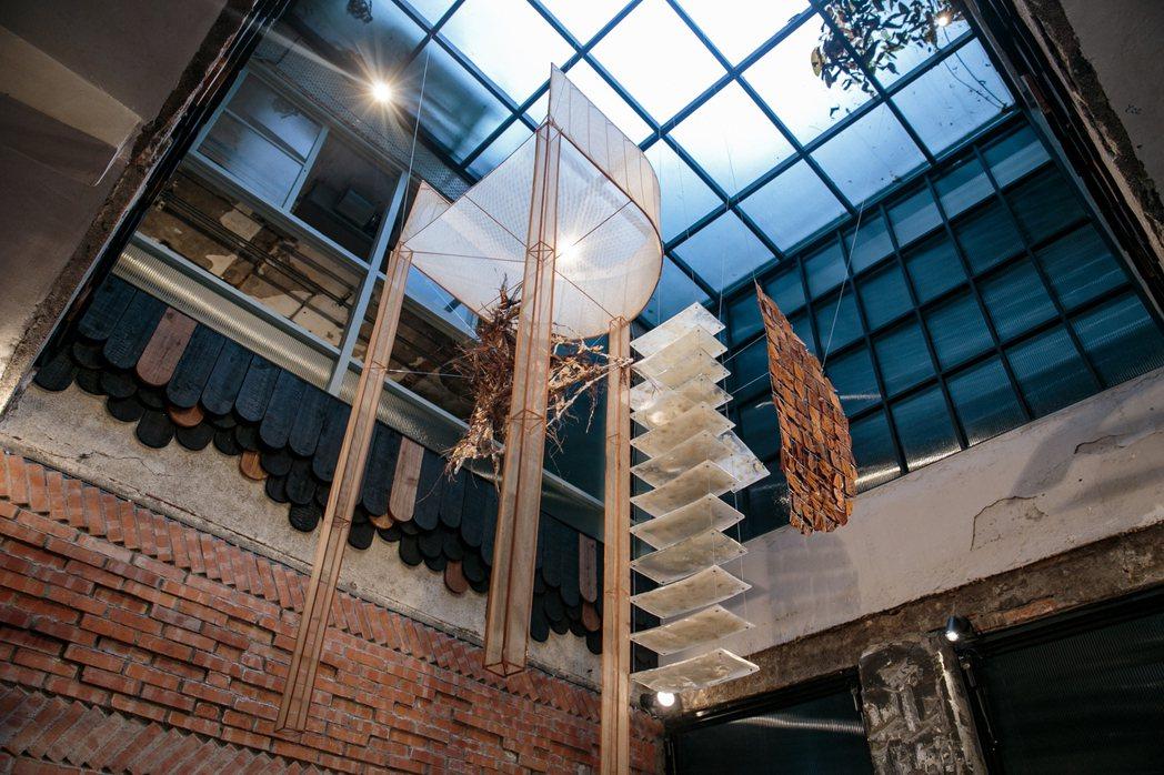 走進興波咖啡旗艦店裡,刻意裸露出來的紅磚老牆,與前後各一的挑高天井相互輝映。報系...