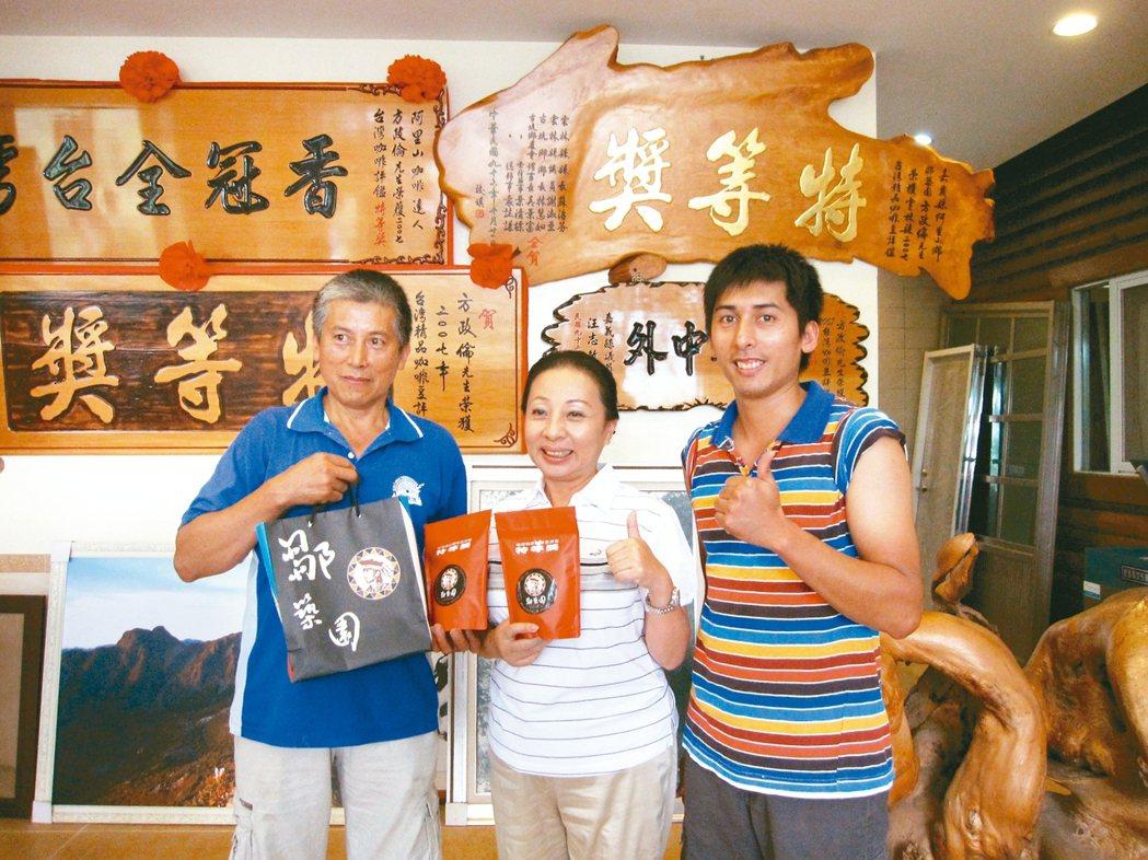 方政倫(右)是國內咖啡豆比賽常勝軍。報系資料照片
