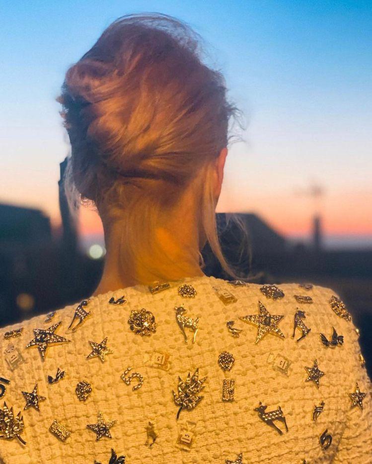 克莉絲汀史都華的髮型師拍下她在威尼斯的美麗背影。圖/取自IG @hairbyad...