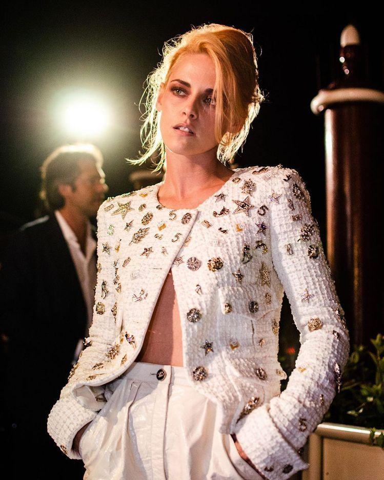 克莉絲汀史都華在威尼斯影展身穿香奈兒2022早春系列褲裝。圖/取自IG @kst...