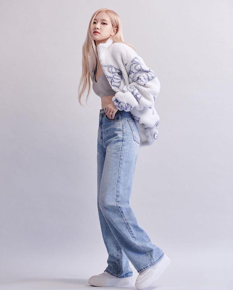 Rosé詮釋聯名款聚脂纖維雪花外套,售約台幣38,00元。圖/取自IG