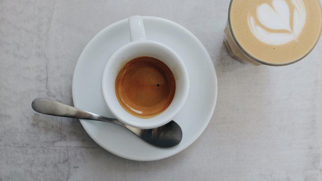 黃吉駿品嘗到阿彰師的日曬耶加濃縮咖啡,就確定要做這件事。 圖/沈佩臻攝影