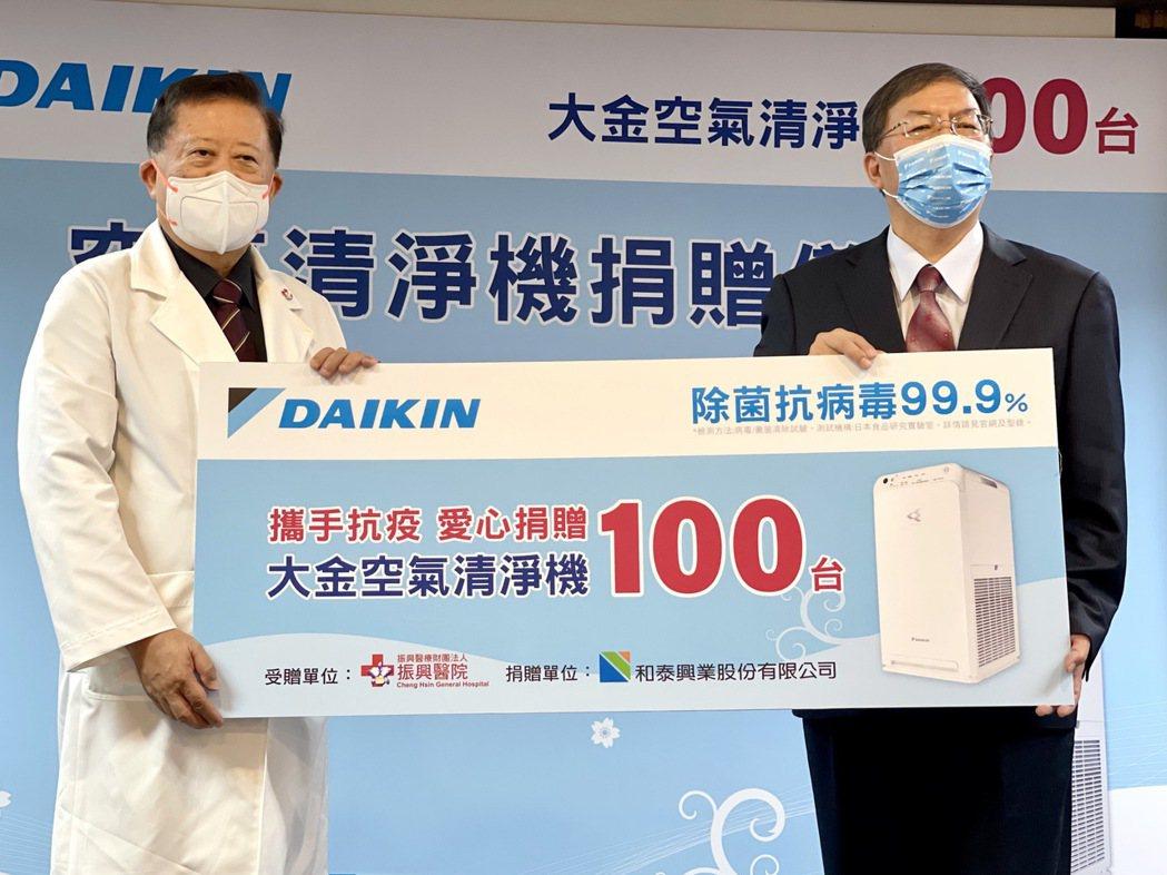 和泰大金空調捐贈大金閃流放電空氣清淨機予台北振興醫院,由總經理林鴻志(左)代表捐...