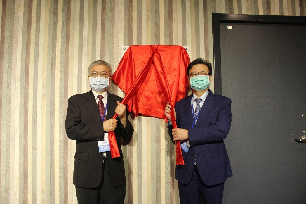 北科大校長王錫福(左)與北醫大校長林建煌共同為北科北醫聯合研發中心揭牌。 吳佳汾...
