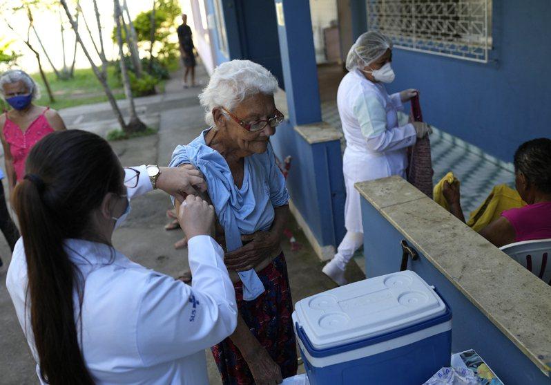 巴西里約熱內盧的一家療養院,老年居民正進行第3劑疫苗接種。美聯社