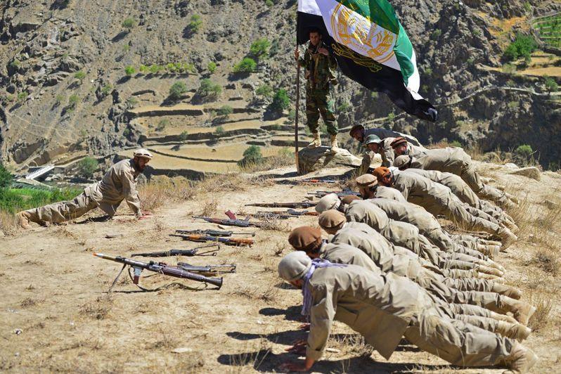 效忠反塔利班勢力領袖小馬蘇德的武裝分子在潘希傑爾省進行訓練。 (Getty Images)