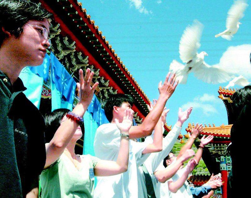 因SARS病毒肆虐奪走生命的台北市和平醫院陳靜秋等7人,2003年9月3日上午入祀北市忠烈祠,家屬放和平鴿代表著白衣天使。圖/聯合報系資料照片