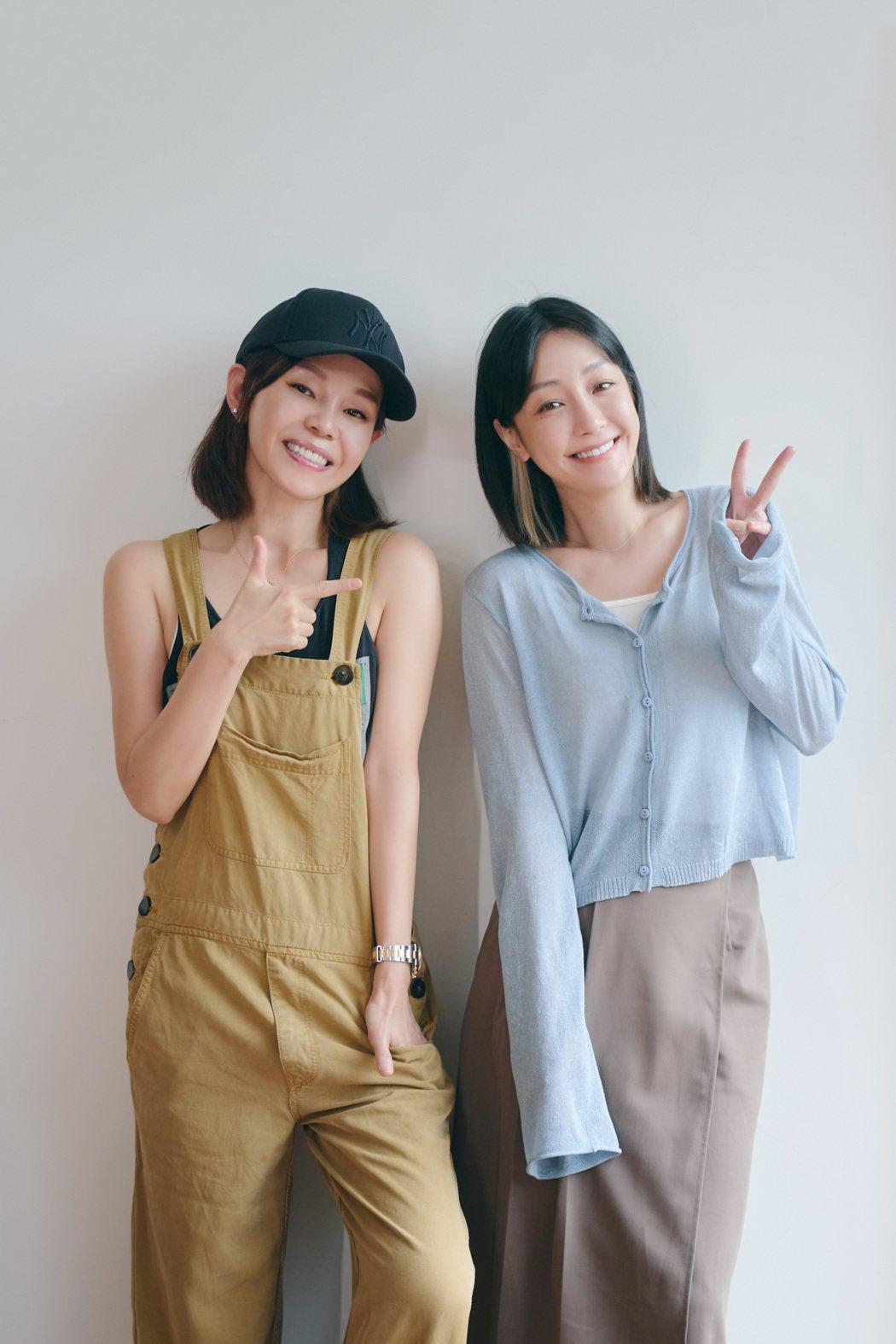 彭佳慧(左)謝謝謝欣穎讓她重新愛上新歌「可惜了」。圖/索尼音樂提供