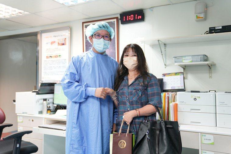 43歲的高姓婦人(右)有C肝家族病史,曾經因為血小板低下,出現紫斑症狀飽受困擾,...