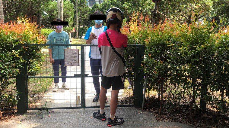 該間學校有學生點外送餐點,在圍牆邊面交。記者曾健祐/攝影