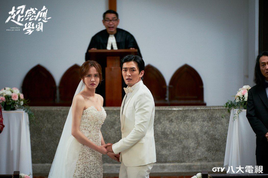 魏蔓(左)為戲披婚紗。圖/八大提供