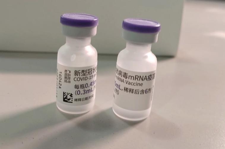 首批BNT疫苗已進入檢驗封緘程序,瓶身上的文字以簡體字說明。圖/食藥署提供