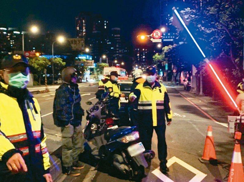 基層員警透露,只要有專案,就一定有績效壓力,想要有好績效,開單最快,圖為交通執法示意圖,人物與新聞無關。圖/新北市警局提供